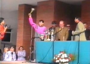 Chiqui recogiendo trofeo siendo alumno de COU, el año de la inauguración del centro